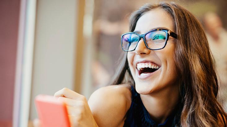 Bonita e estilosa com óculos de grau   Sindivestuário de057ac264