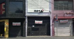 Na rua Maria Joaquina (foto), no Brás, placas de 'aluga-se' e lojas vazias revelam a crise enfrentada pelos fabricantes de roupas