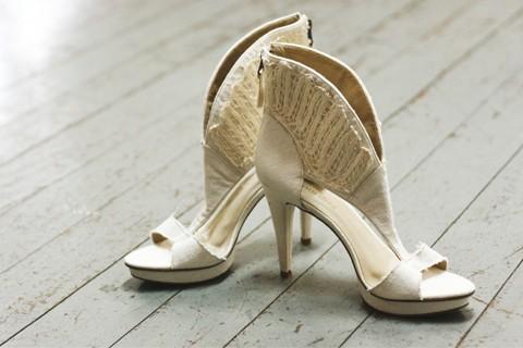 Pés estilosos:Sandália confeccionada com algodão reciclado e aplicação de renda de bilro