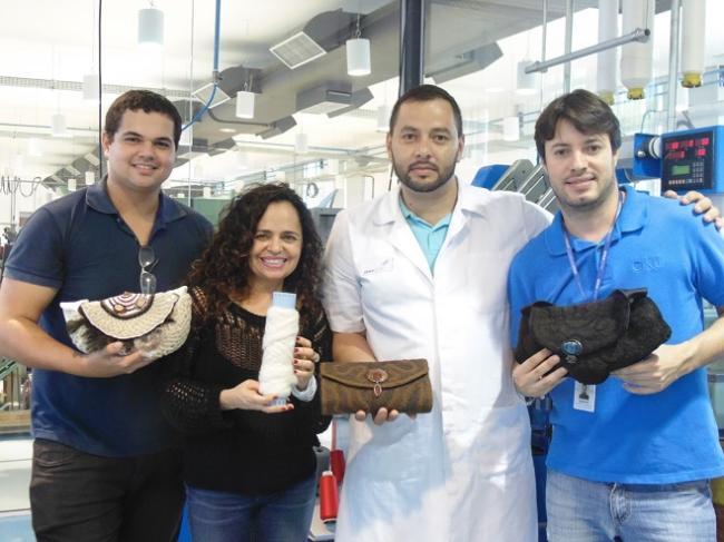 Da esq.: Caio Barros Costa (estagiário de engenharia química), Dóris Carvalho (empresária), Ismael de Oliveira (Técnico Têxtil) e Ricardo Cecci (Coordenador de Desenvolvimento Tecnológico e Inovação)
